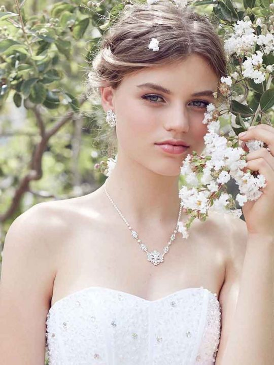 Chic pearl bridal necklaces and earrings