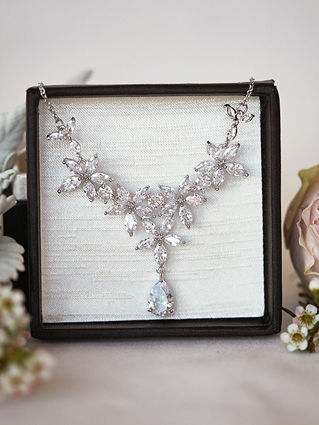 Quality flowers necklace in silver