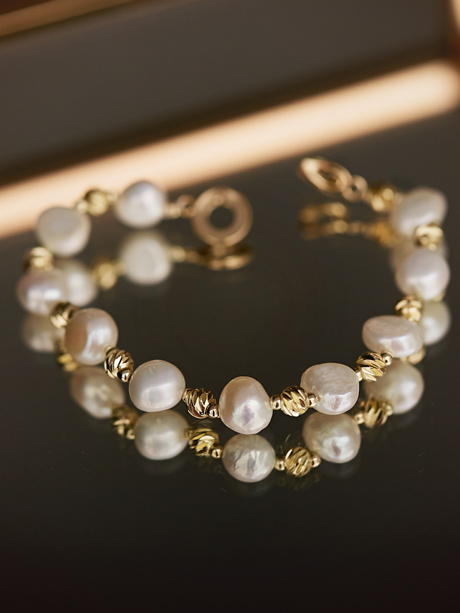 Natural pearl bracelet in gold