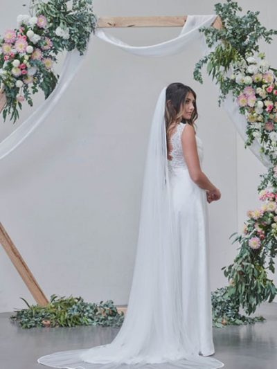 Single layer long veil with ribbon edging