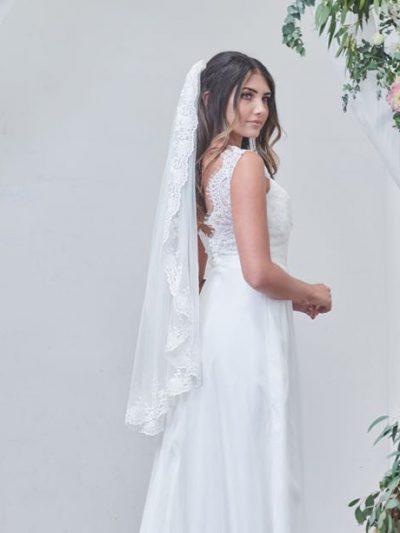 Single lace veil hip length